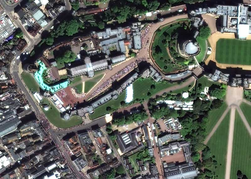 Masses of people and neatly arranged guards wait outside St George's Chapel, Windsor, 📷 19/5/2018 by WorldView-2 © European Space Imaging