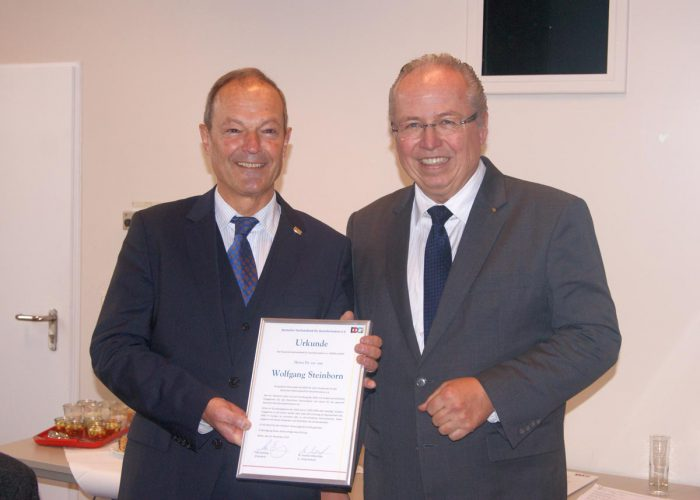Dr Wolfgang Steinborn is decorated with the Golden Badge of Honor by Udo Stichling, President of the German Umbrella Organization for Geo-Information.